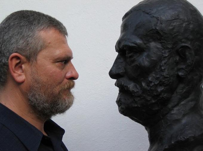 """Скулпторът Стефан Стефанов с """"Автопортрет"""". Снимка: © Личен архив на художника"""