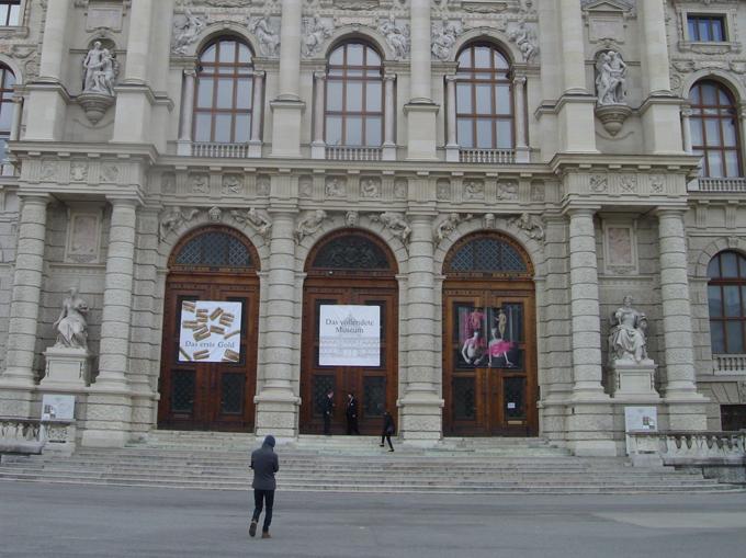 """Изложбата """"Първото злато. Ада тепе: най-древният златодобивен рудник в Европа"""" с експонати от 14 български музея може да бъде разгледана в Музея за история на изкуството във Виена до 25 юни 2017 г. Снимка: © artnovini.com"""