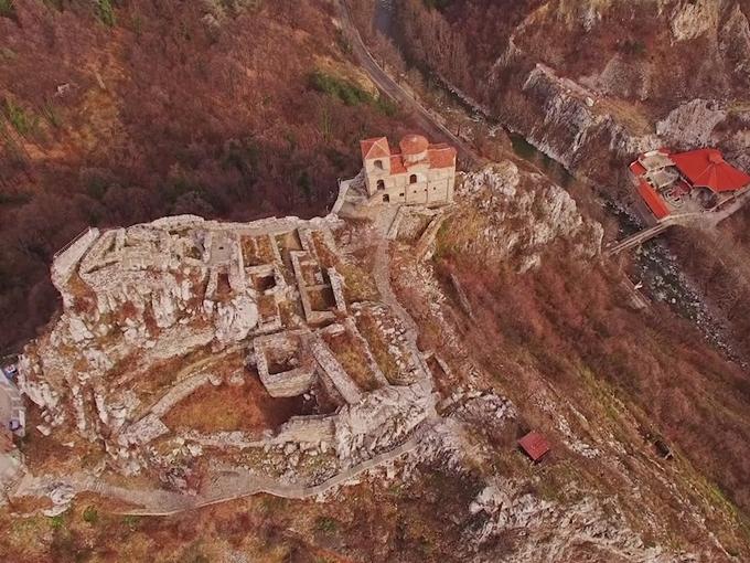 """Фрагмент от видеофилма за легендарната Асенова крепост. Снимка: © """"Дрон България"""" / bulgariaotvisoko.com"""