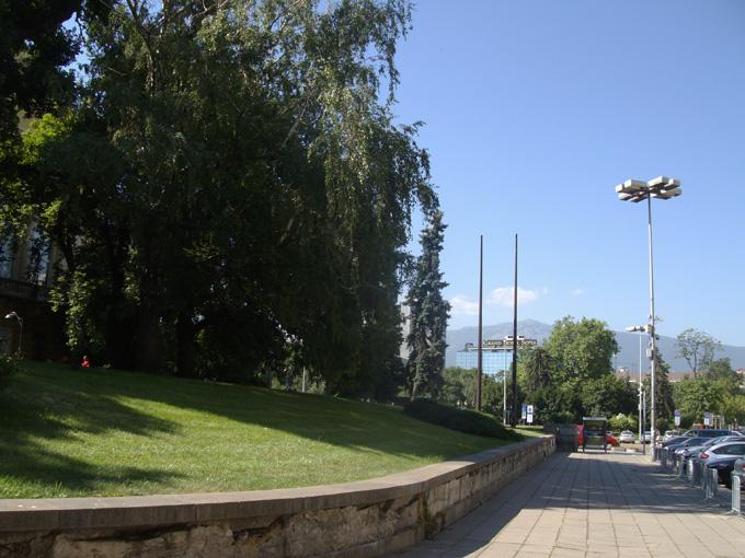 В близко време тази прекрасна гледка към Витоша (откъм Националната художествена галерия) ще бъде допълнена с концептуална инсталация от бронз, висока 14 метра. Снимка: © artnovini.com
