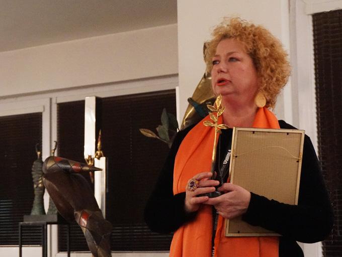 """Д-р Райна Дамяни - журналист, художник и арт експерт, с наградата """"Златното клонче"""" на artnovini.com за 2017 г. Снимка: © Радослав Николов"""