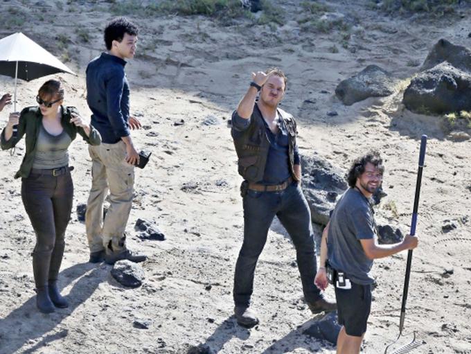 """Брайс Далас Хауърд, Крис Прат и Джъстис Смит на снимачната площадка на """"Джурасик свят: Рухналото кралство"""" (Jurassic World: Fallen Kingdom (2018), чиято премиера у нас е на 8 юни. Снимка: © Universal Pictures"""
