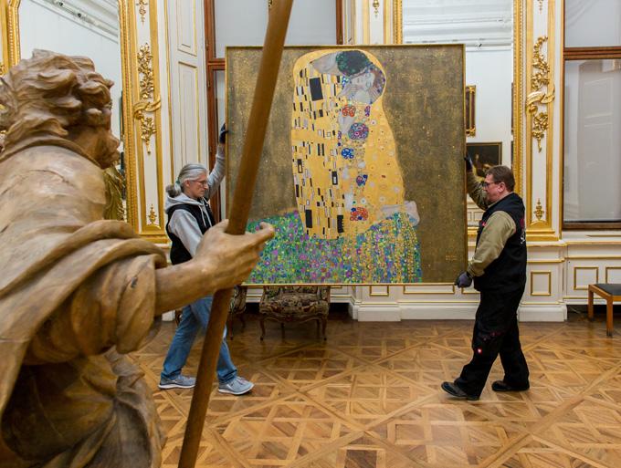 """Най-известната творба на Густав Климт - """"Целувката"""", беше преместена от западното в източното крило на музея """"Белведере"""" в нощта на 31 януари срещу 1 февруари. Снимка: Ouriel Morgensztern, © Belvedere, Wien"""