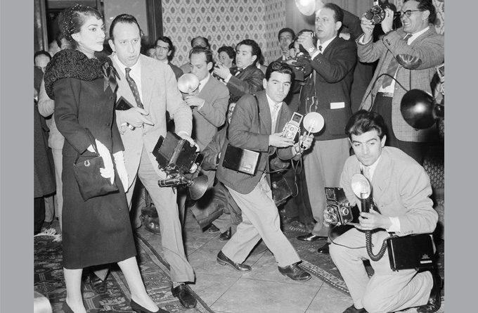 Мария Калас на пресконференция в Рим в началото на 1958 г. По това време певицата започва връзка с милиардера Аристотел Онасис, която ще се окаже повратна точка в живота ѝ. Снимка: © Fonds de Dotation Maria Callas