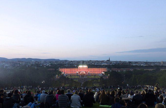"""През тази година темата на """"Концерт в лятна нощ"""" в двореца Шьонбрун е вдъхновяваща - """"Италианска нощ"""". Снимка: © Wiener Philharmoniker, Arve Dinda"""